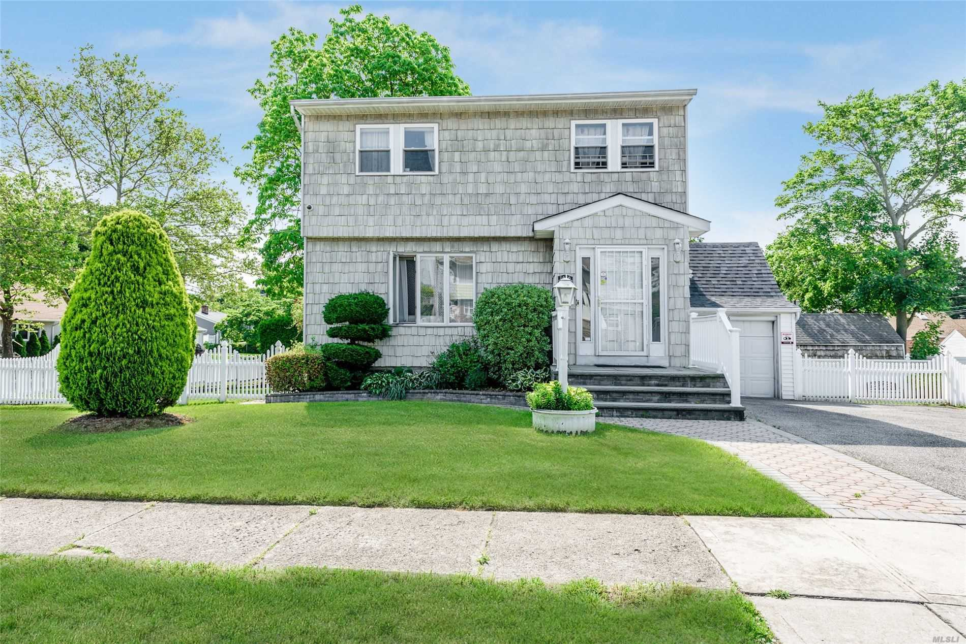 1636 Dale Ave - East Meadow, New York