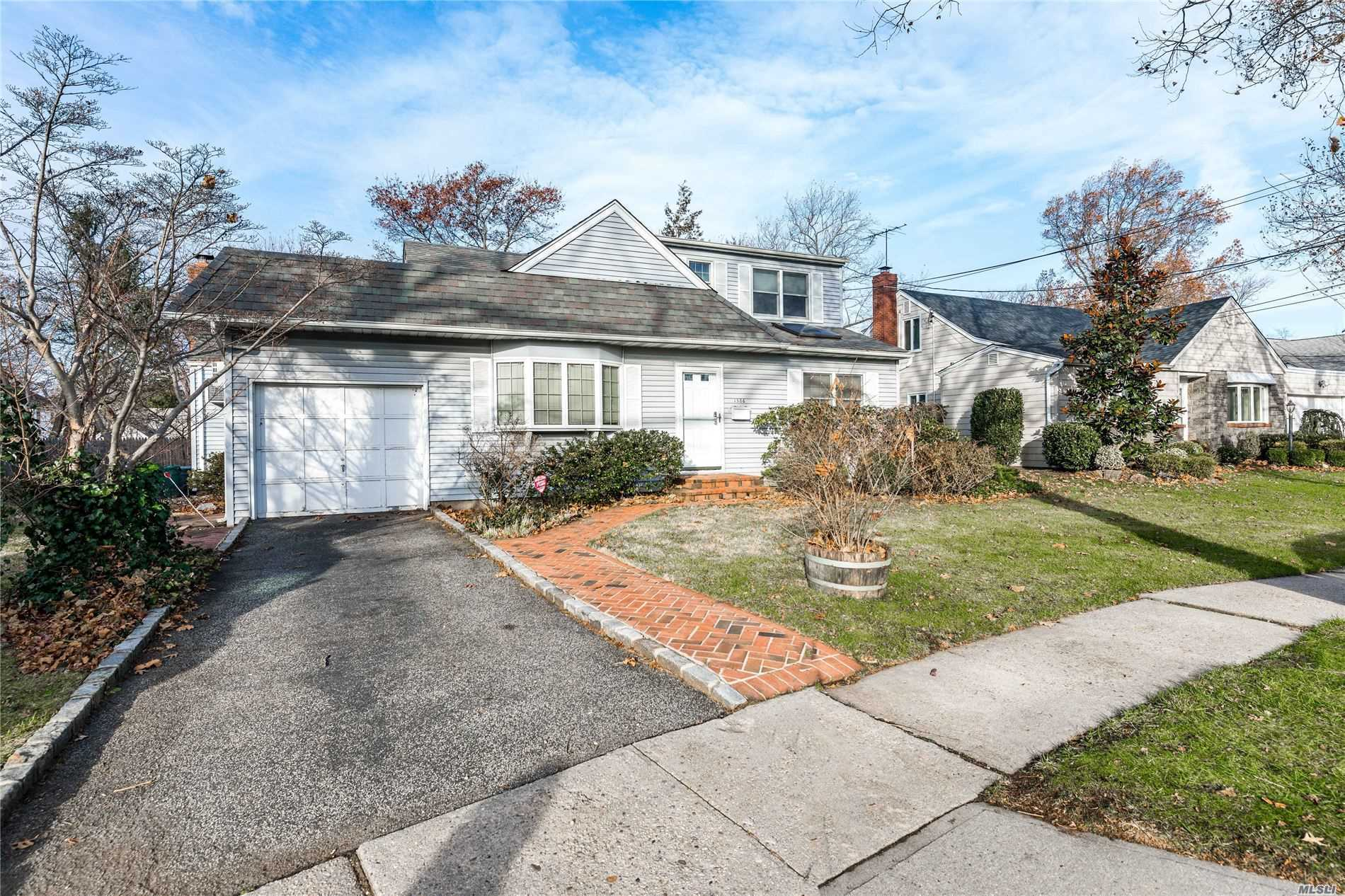 1586 Lakeview Dr - Hewlett, New York
