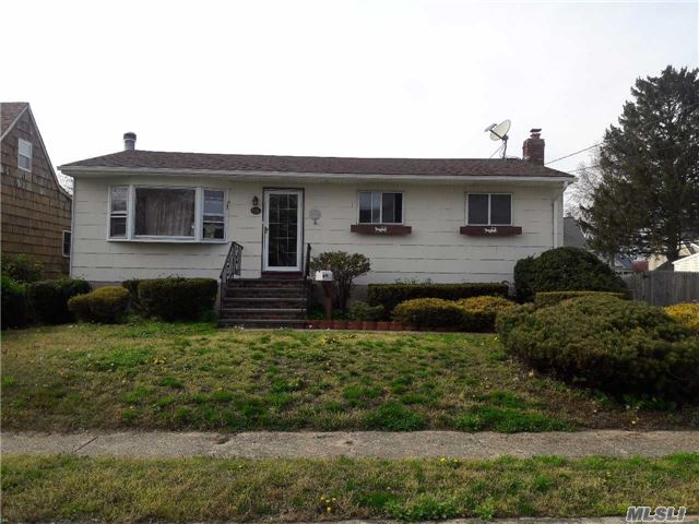 Welcome Home To This 3 Bedroom Ranch in Lindenhurst!