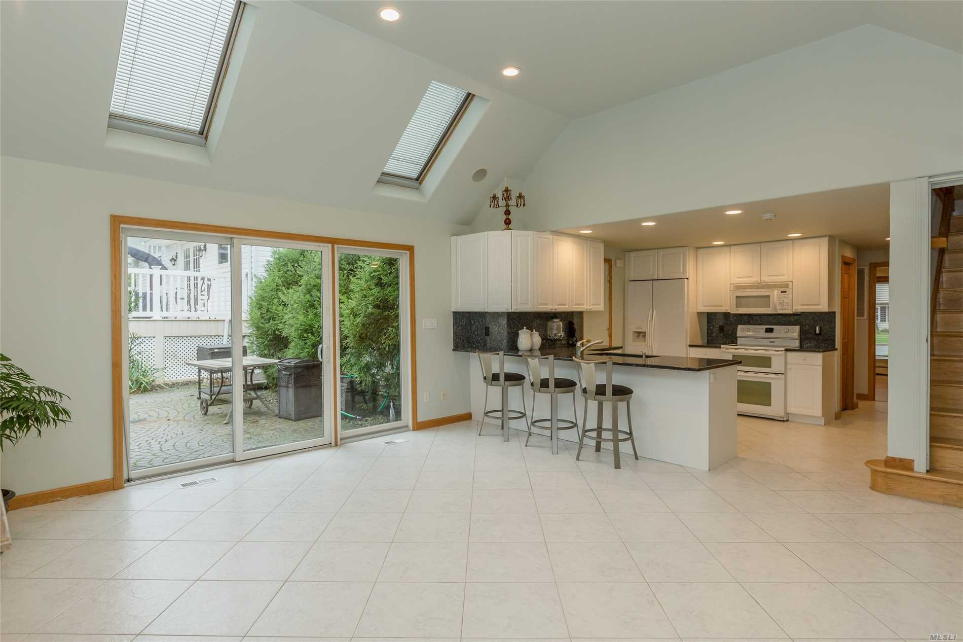 2 Dovecote Ln - Commack, New York