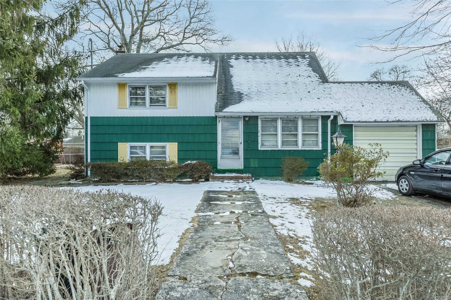 52 Fairview Dr - Shirley, New York