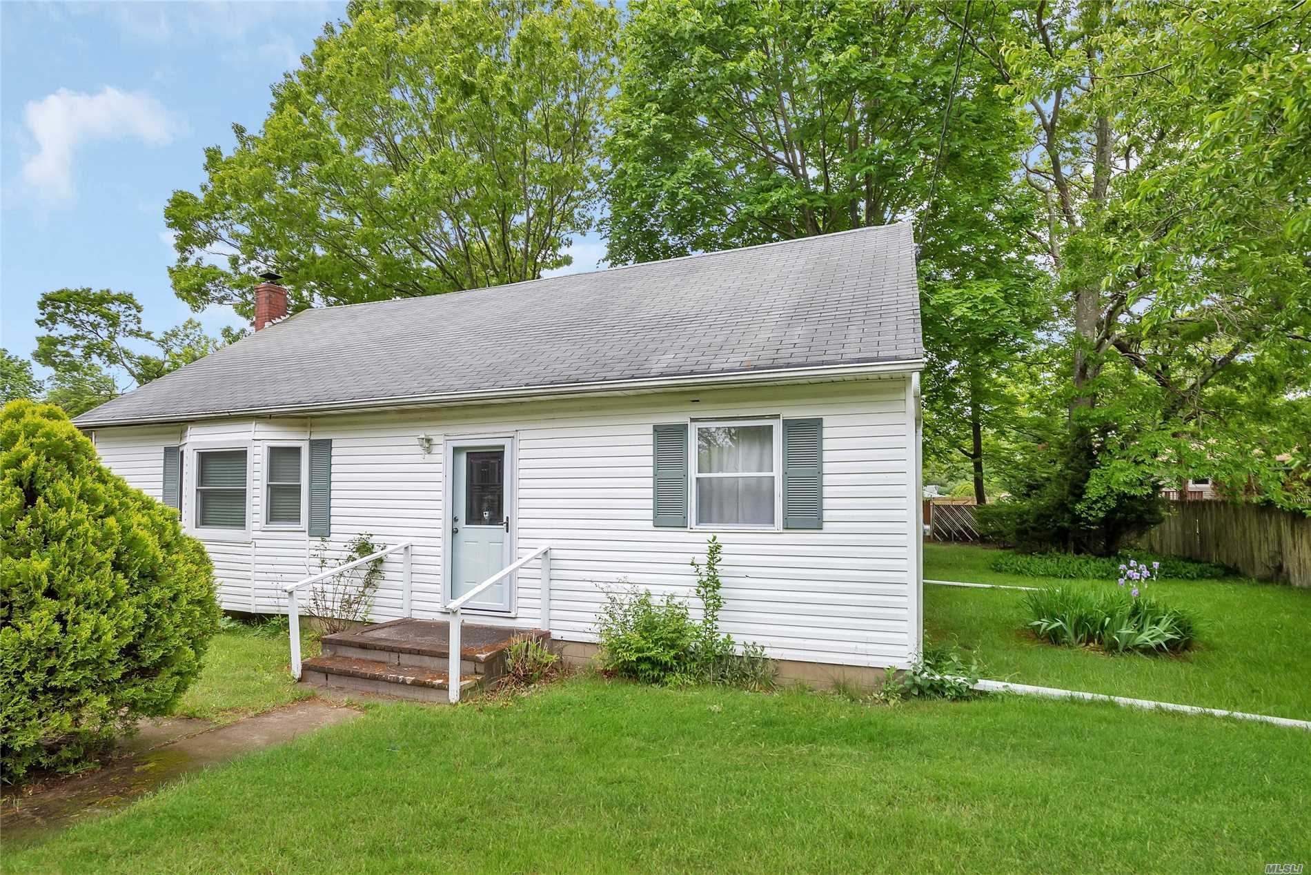 122 Longfellow Dr - Mastic Beach, New York