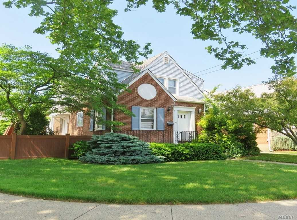 42 W Maple Dr - New Hyde Park, New York