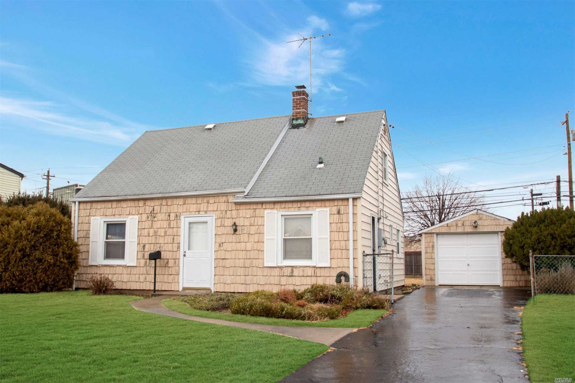 87 Balsam Ln - Levittown, New York