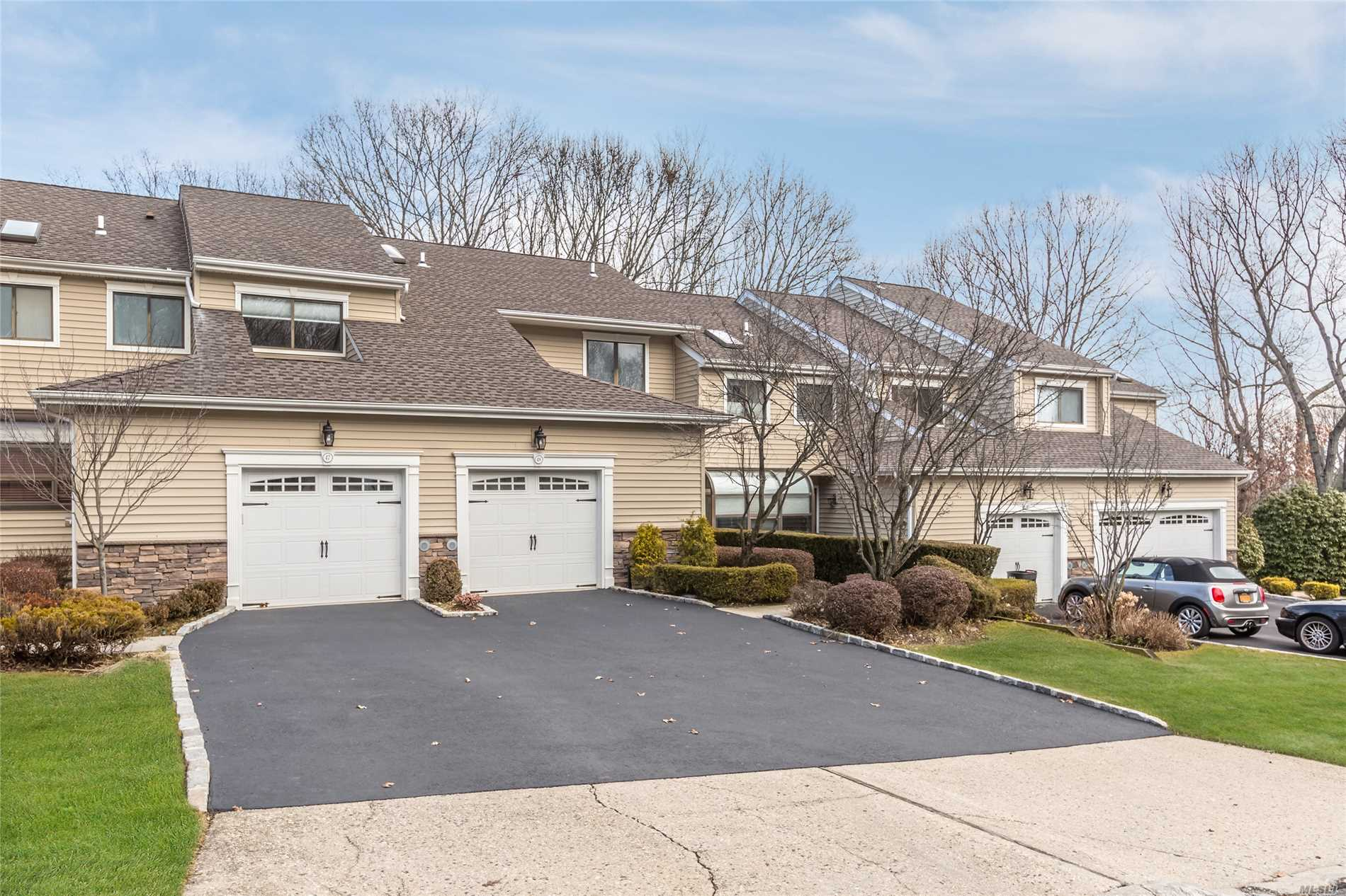 48 Villas Cir - Melville, New York