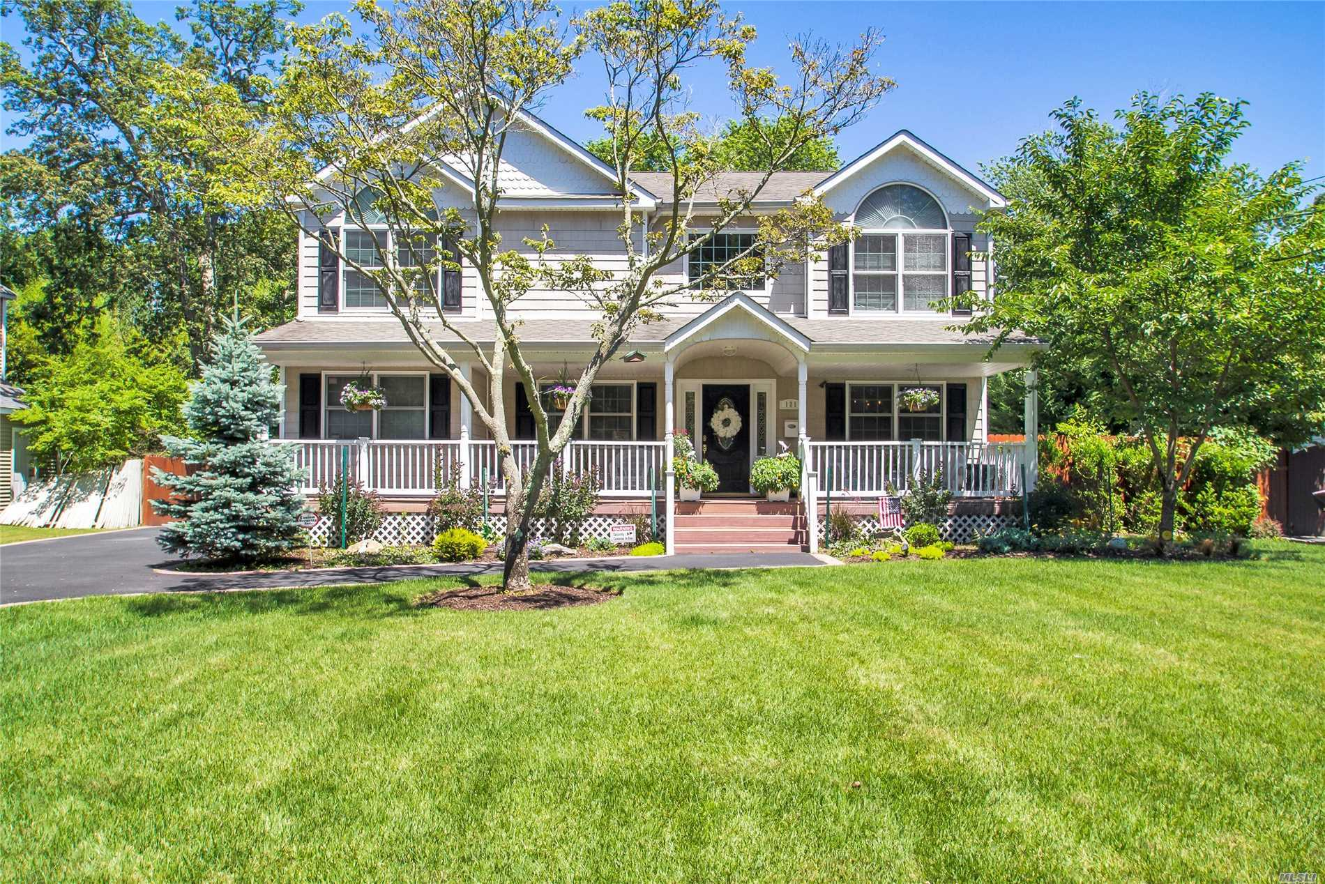 121 Woodland Dr - East Islip, New York