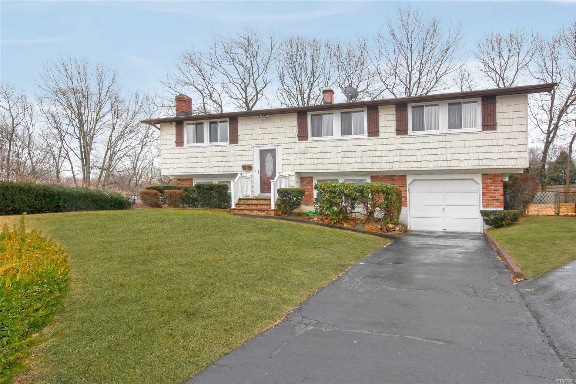 10 Arrowhead Ct - S. Setauket, New York
