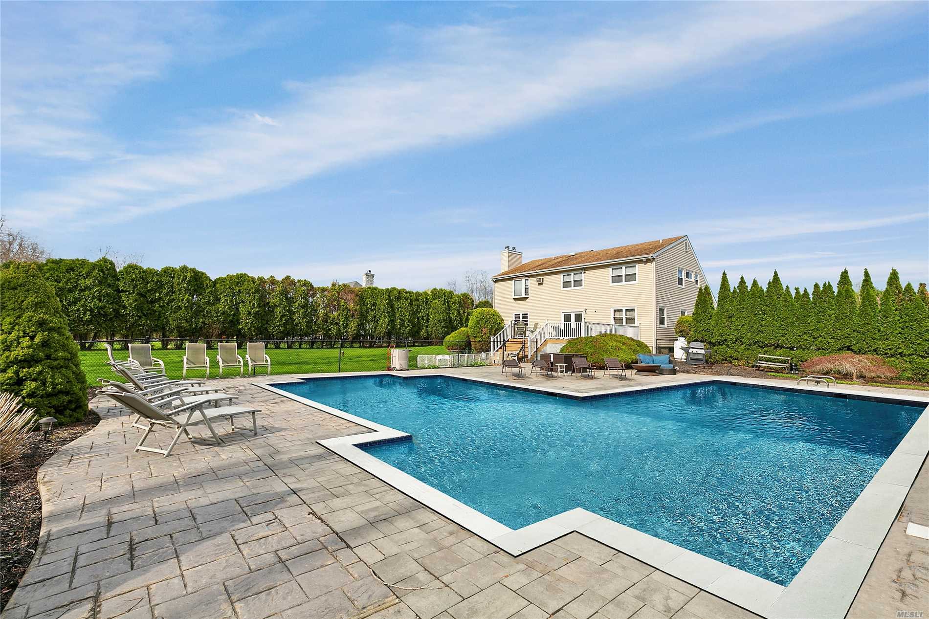 44 Chateau Dr - Manorville, New York