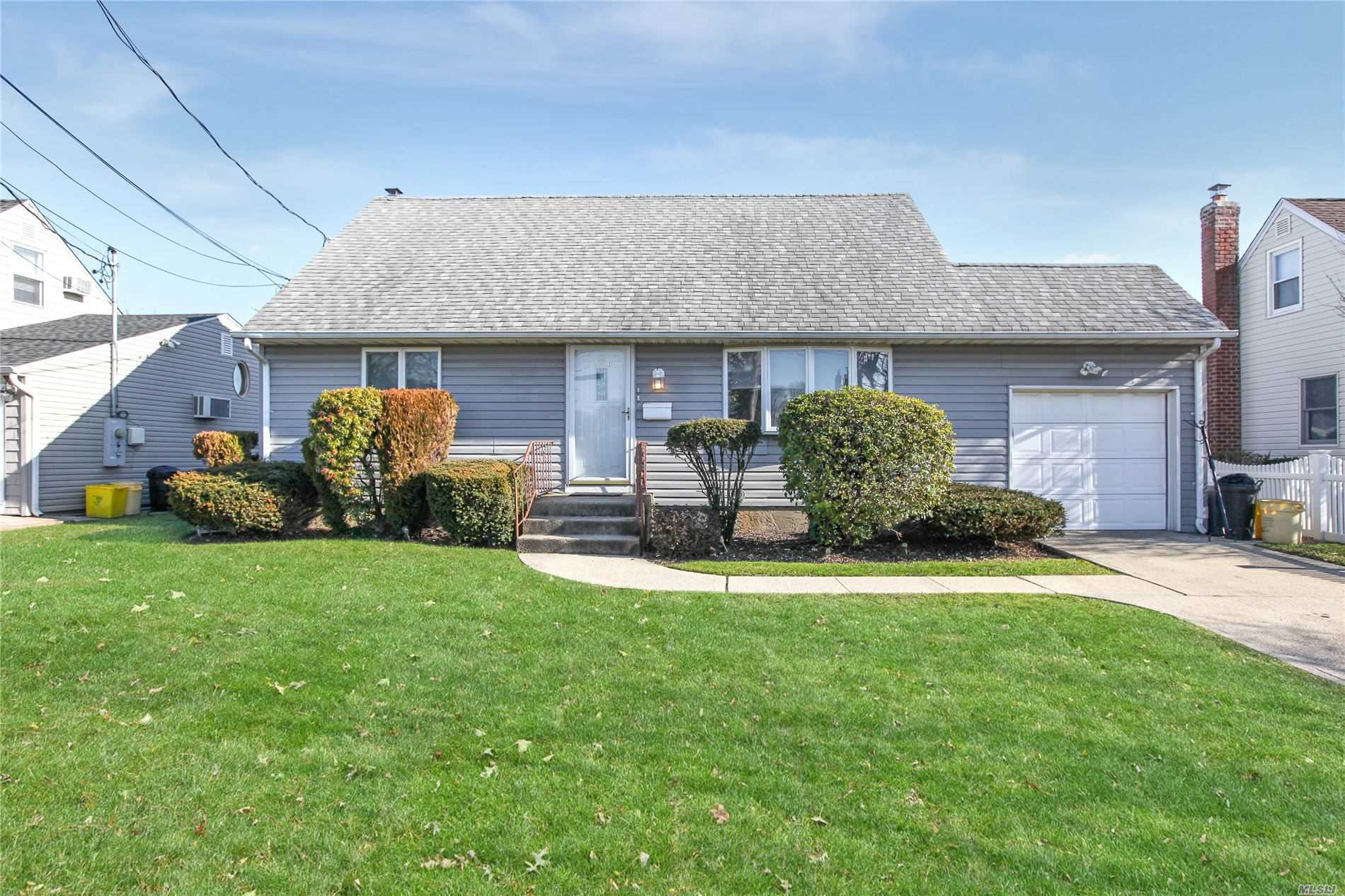 154 E Zoranne Dr - Farmingdale, New York