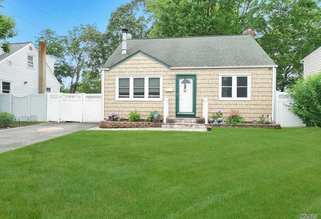 8 Willow St - Wheatley Heights, New York