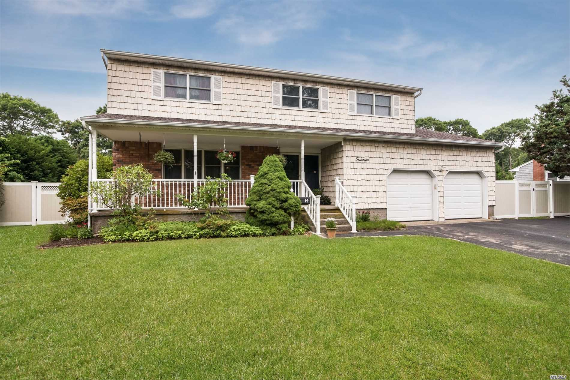14 Fairway Dr - Bellport, New York