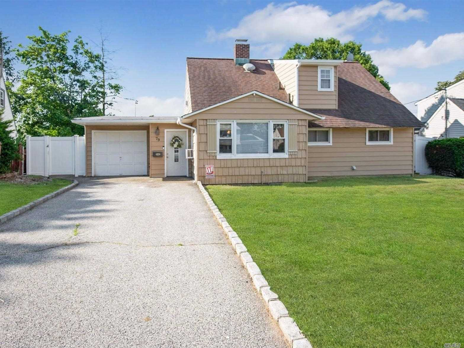 79 Chimney Ln - Levittown, New York