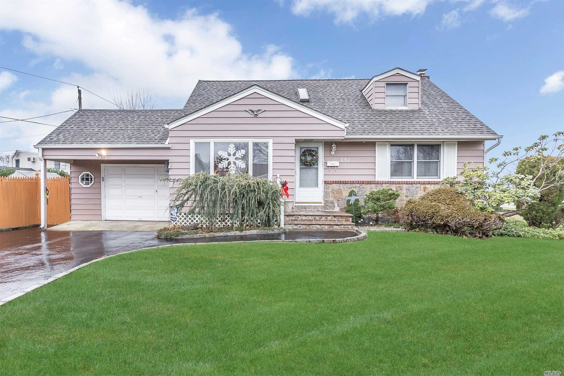 292 Cayuga Ave - East Meadow, New York