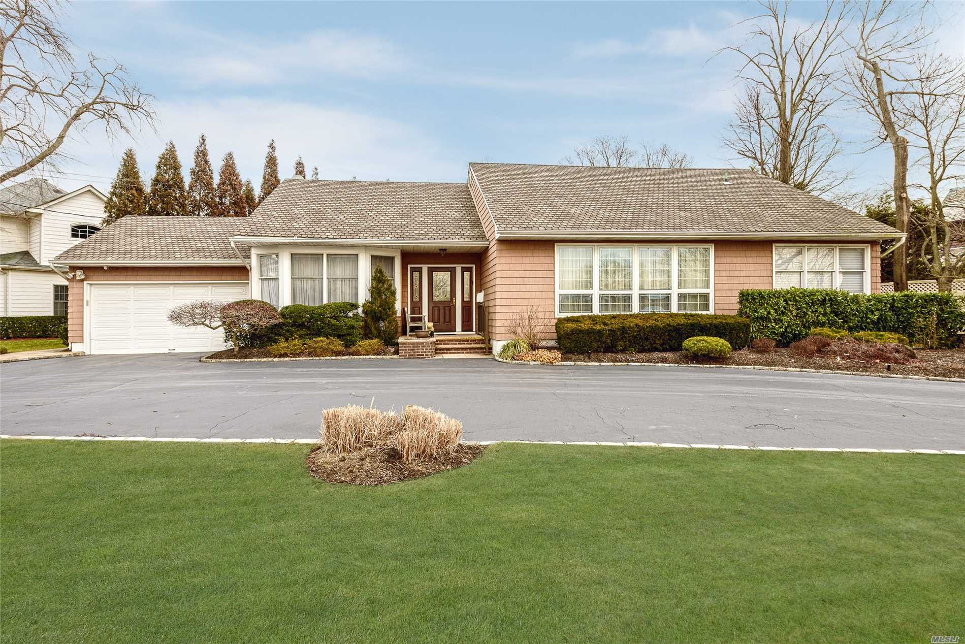 255 Lindenmere Dr - Merrick, New York