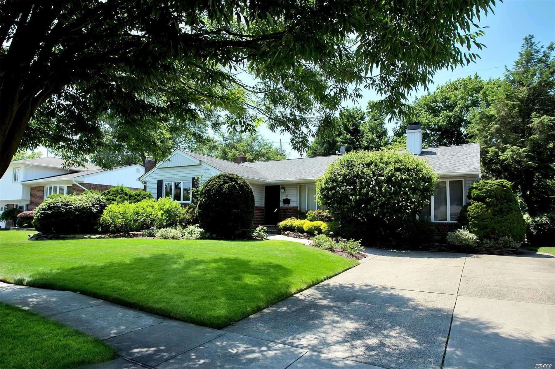 22 Edna Dr - Syosset, New York
