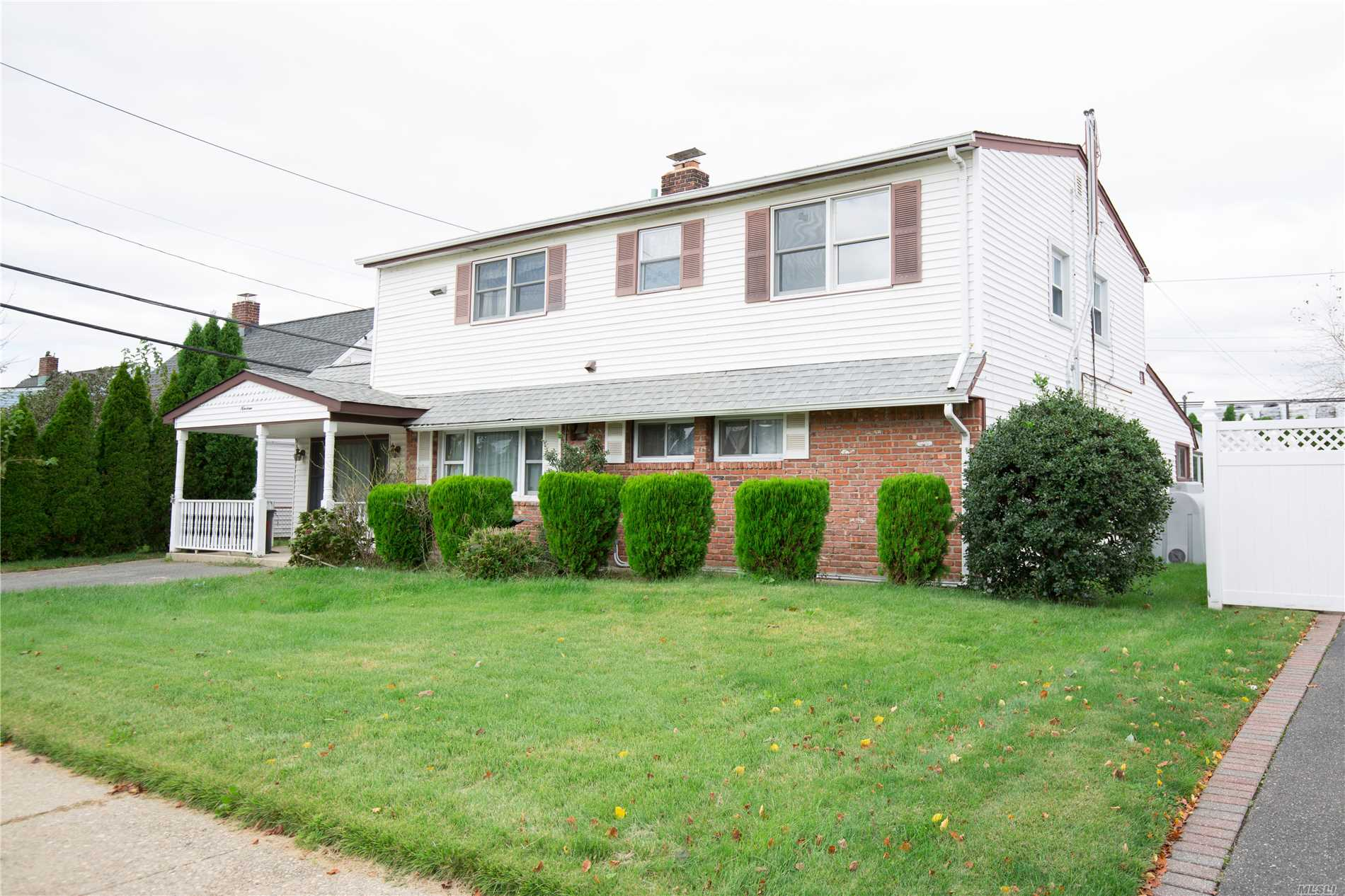 19 Amber Ln - Levittown, New York