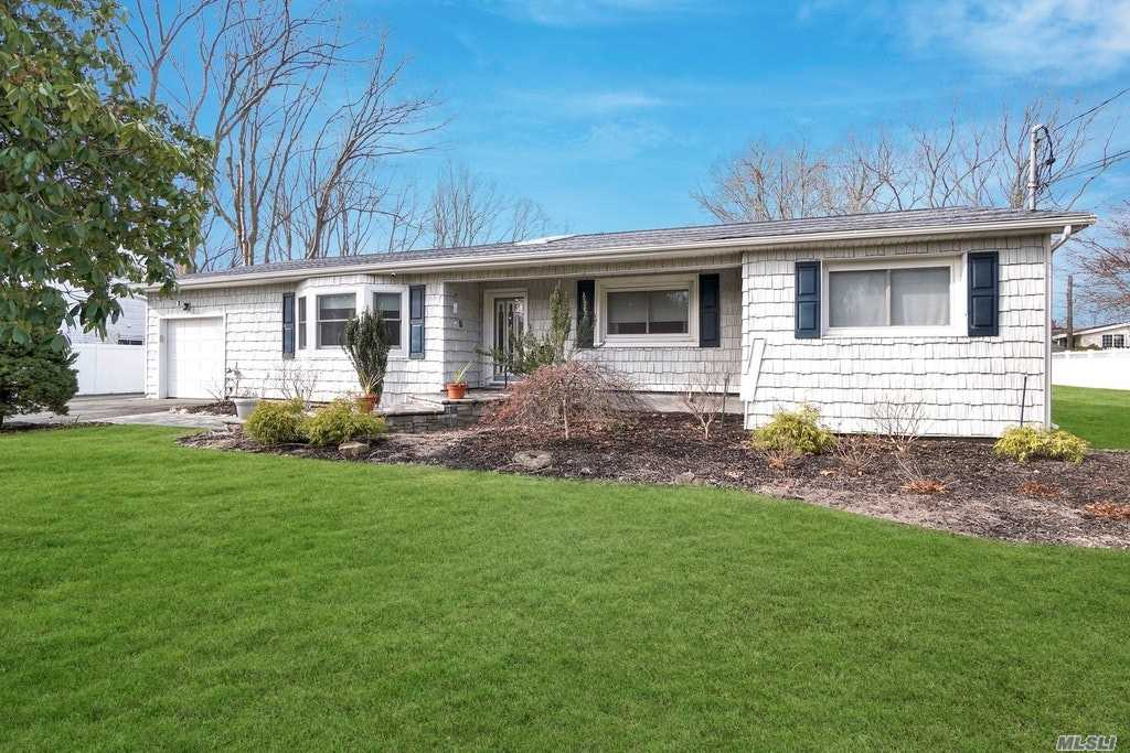 22 Sheppard Ln - Smithtown, New York