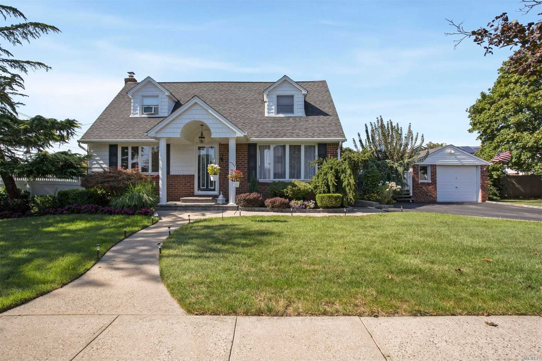 2705 Concord Dr - East Meadow, New York
