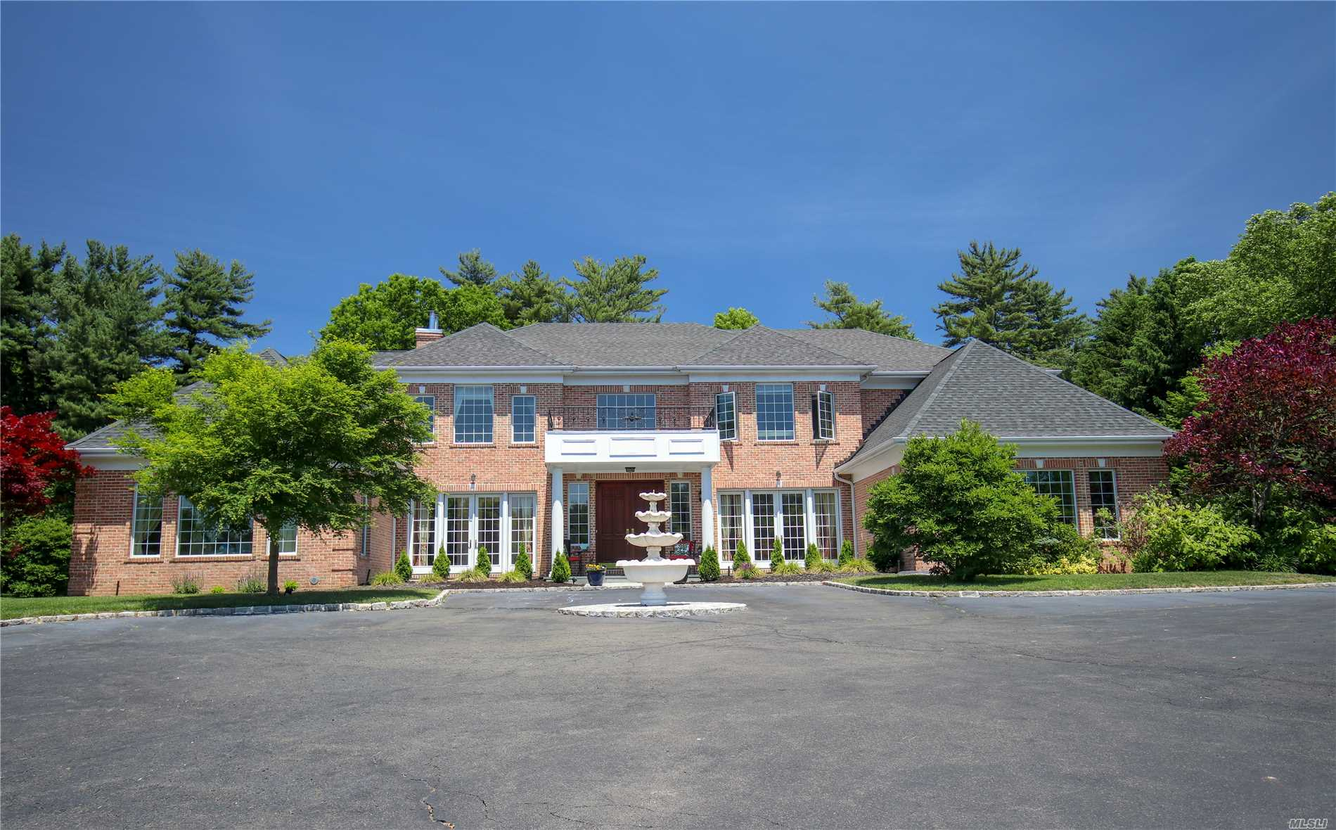 261 Hillcrest Ln - Upper Brookville, New York
