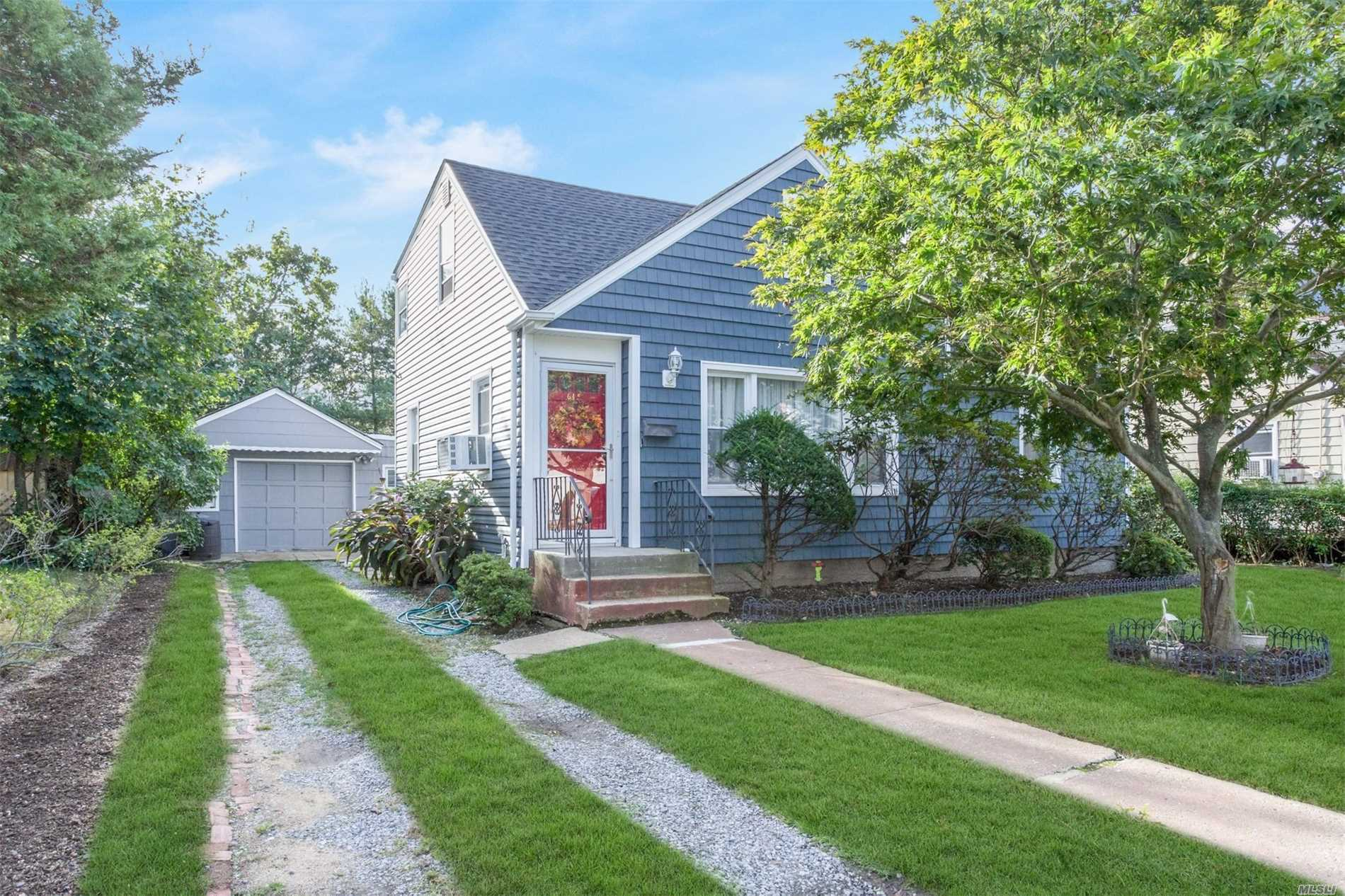 615 Winthrop Dr - Uniondale, New York