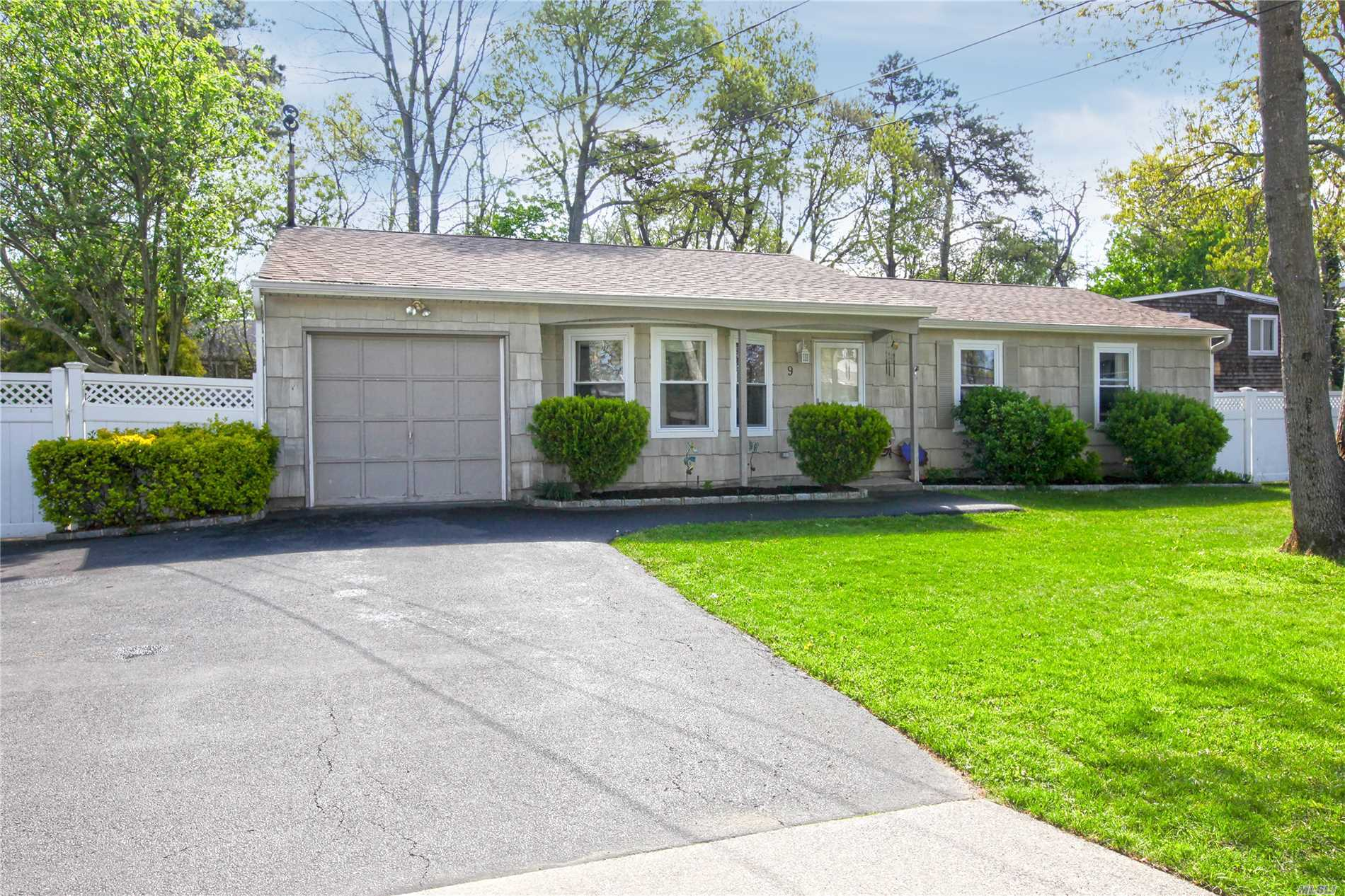 9 Albermarle Ave - Holtsville, New York