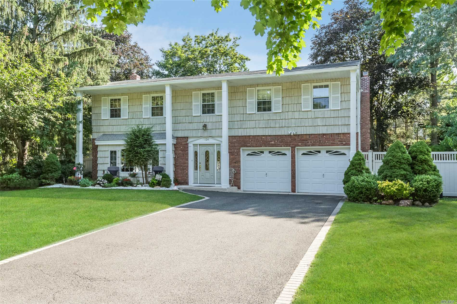 124 Plymouth Blvd - Smithtown, New York