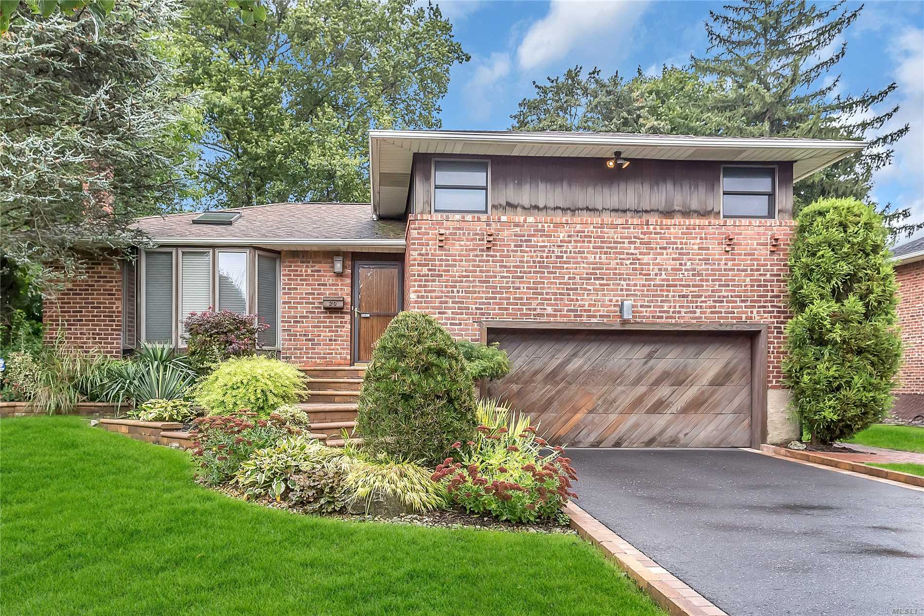 20 Maplewood Dr - Plainview, New York
