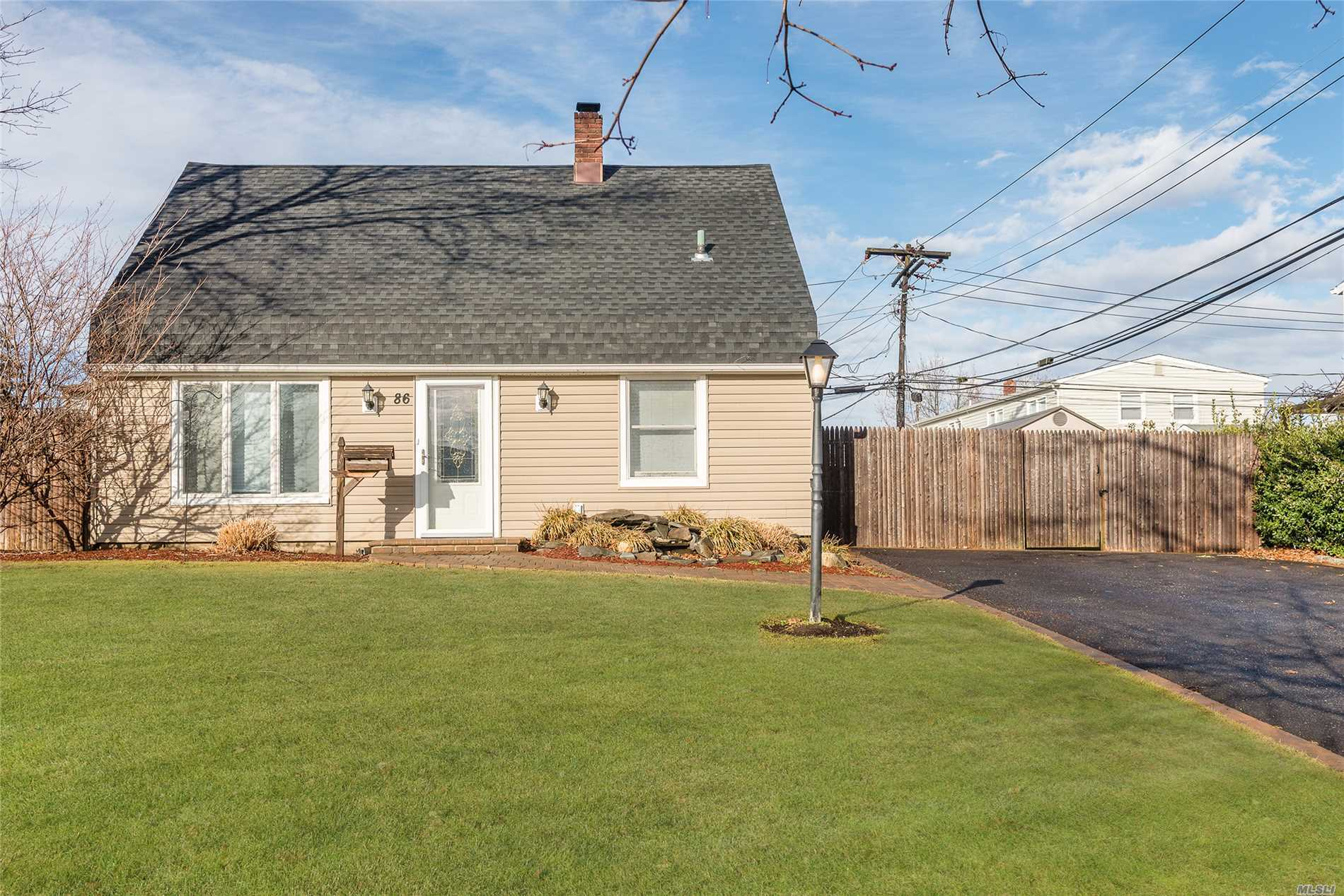 86 N Parkside Dr - Levittown, New York