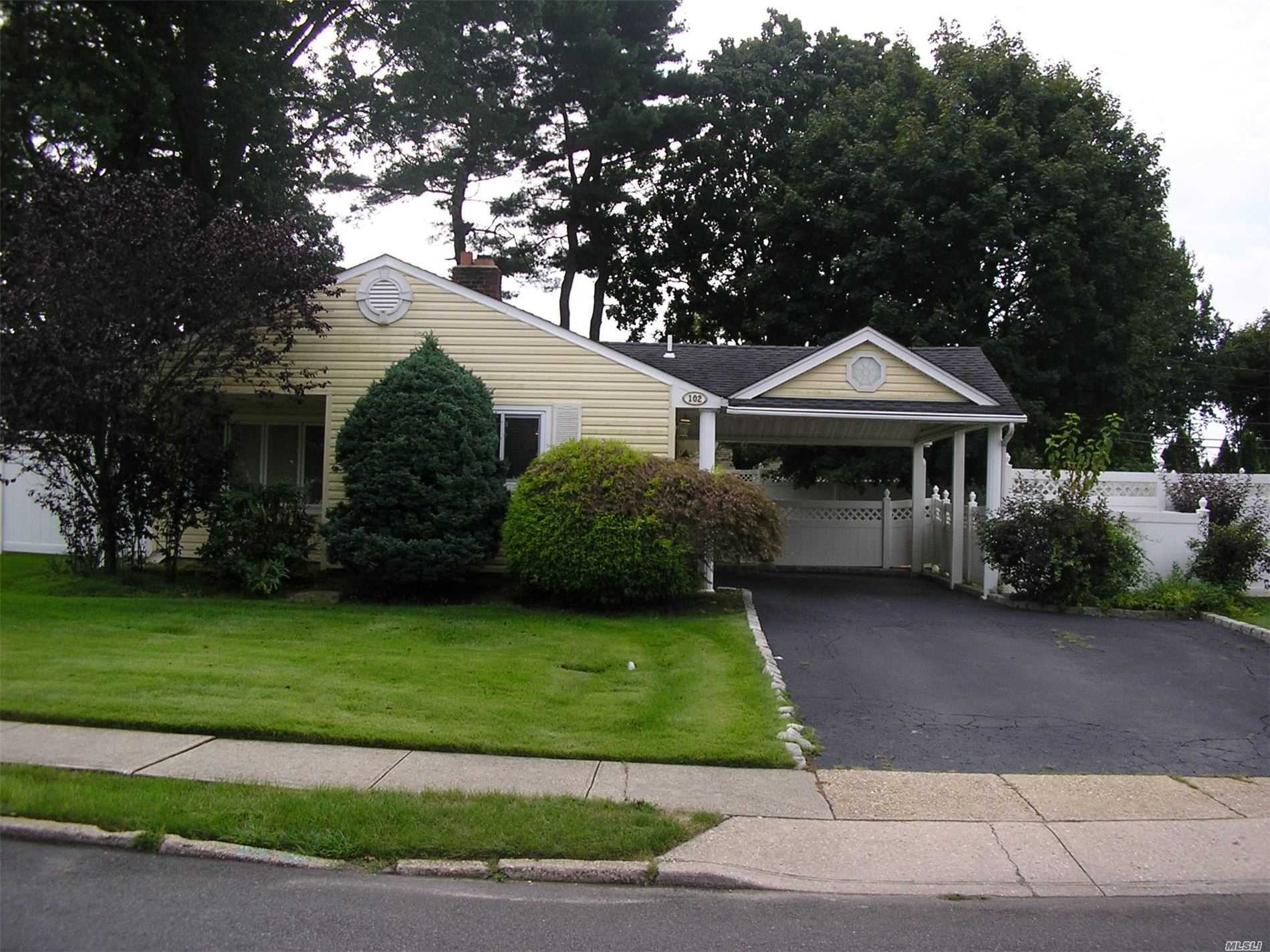 102 Southwood Cir - Syosset, New York