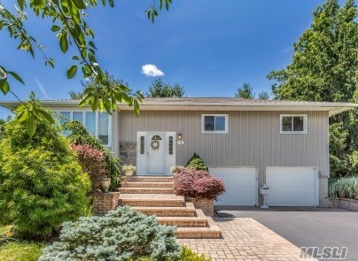 15 Melbourne Ln - Old Bethpage, New York