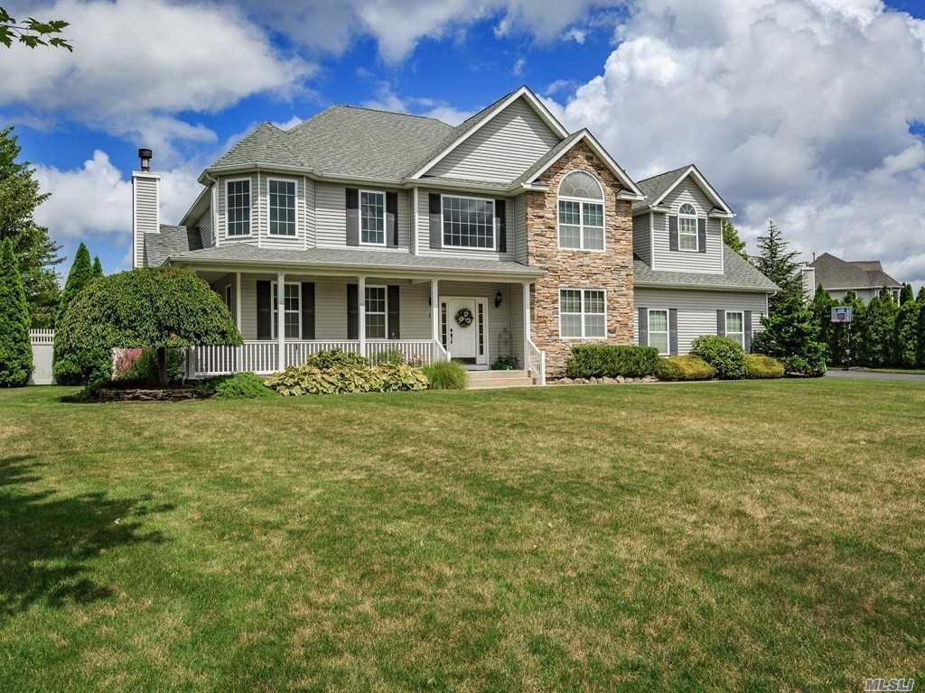 11 Biltmore Dr - Shoreham, New York