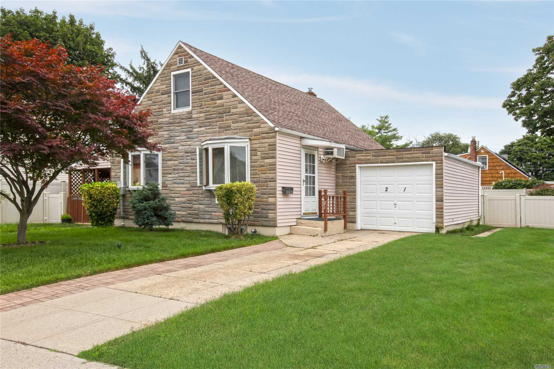 21 Byron Pl - Hicksville, New York