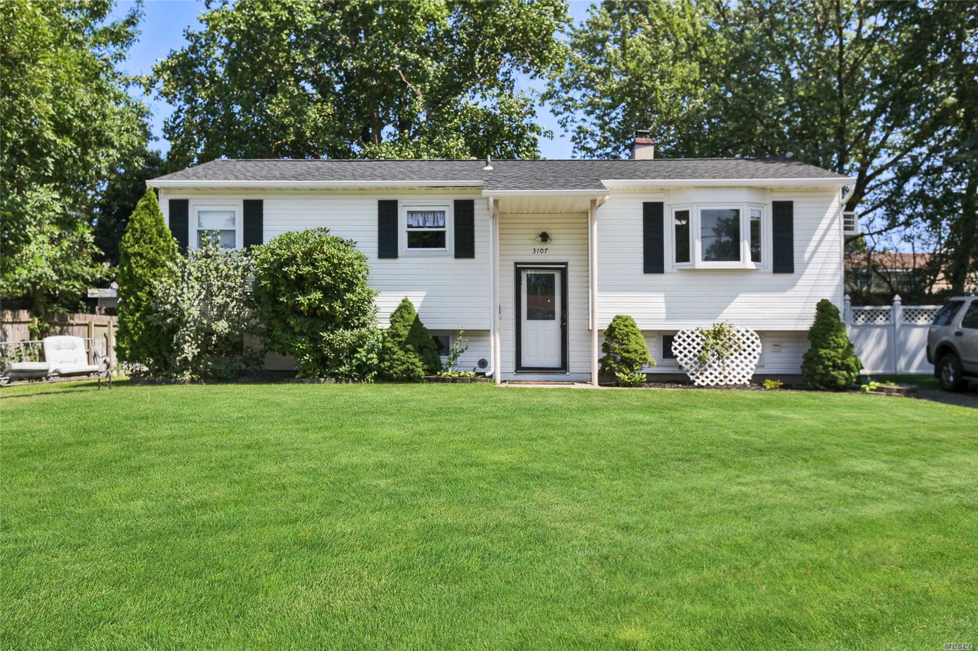 3107 Watchill Ave - Medford, New York
