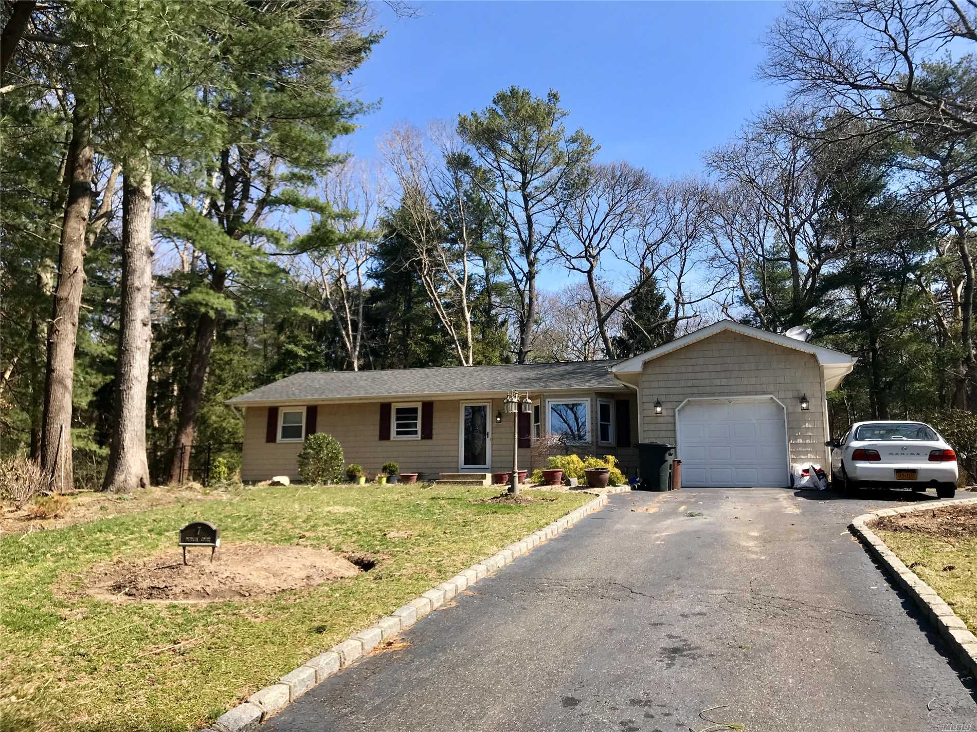 7 Patricia Ct - Middle Island, New York