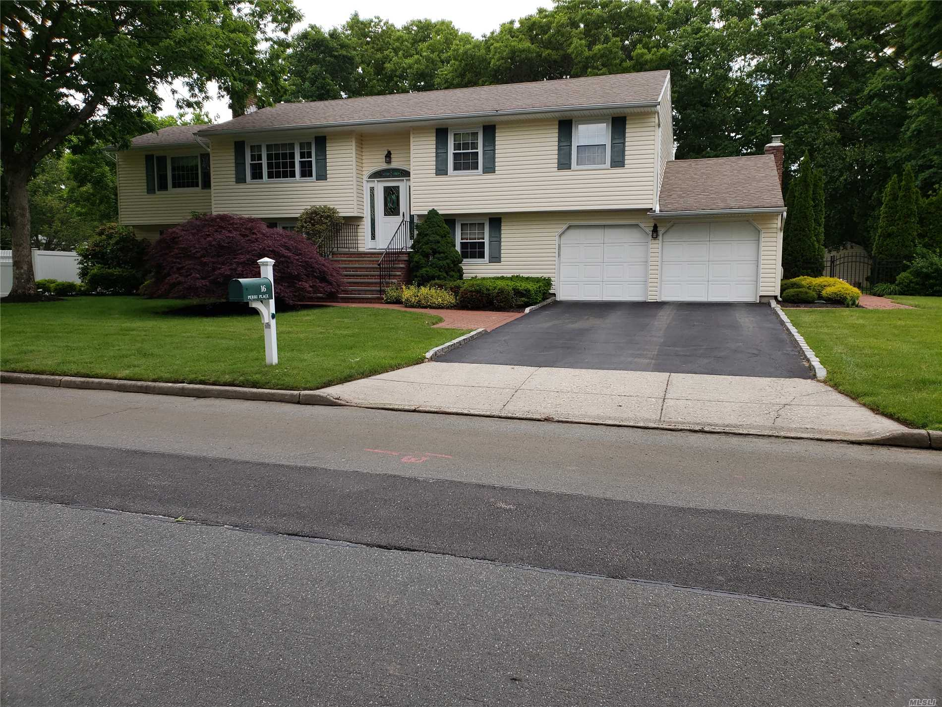 16 Perri Pl - Dix Hills, New York