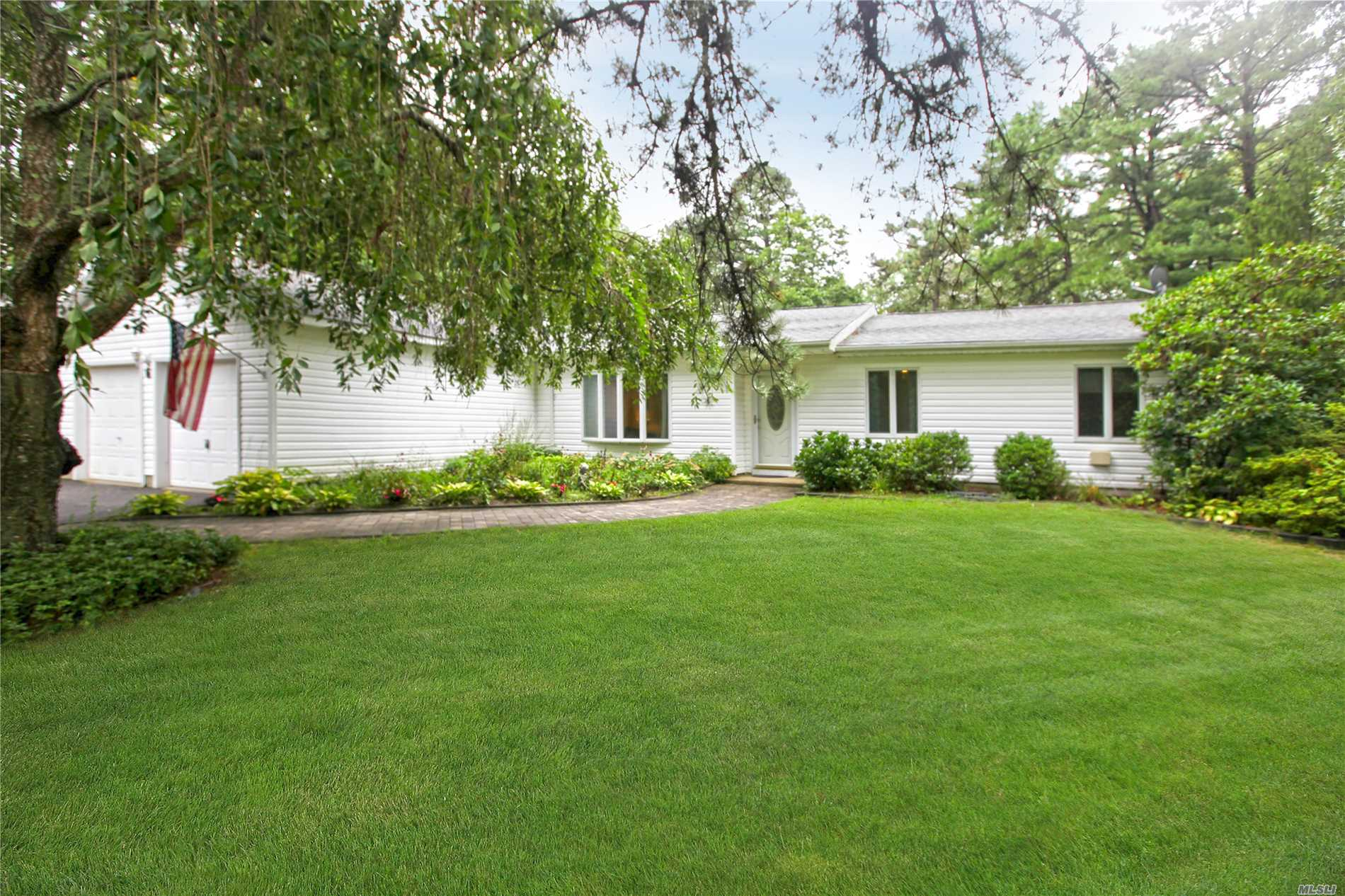 6 Bruce Dr - Manorville, New York