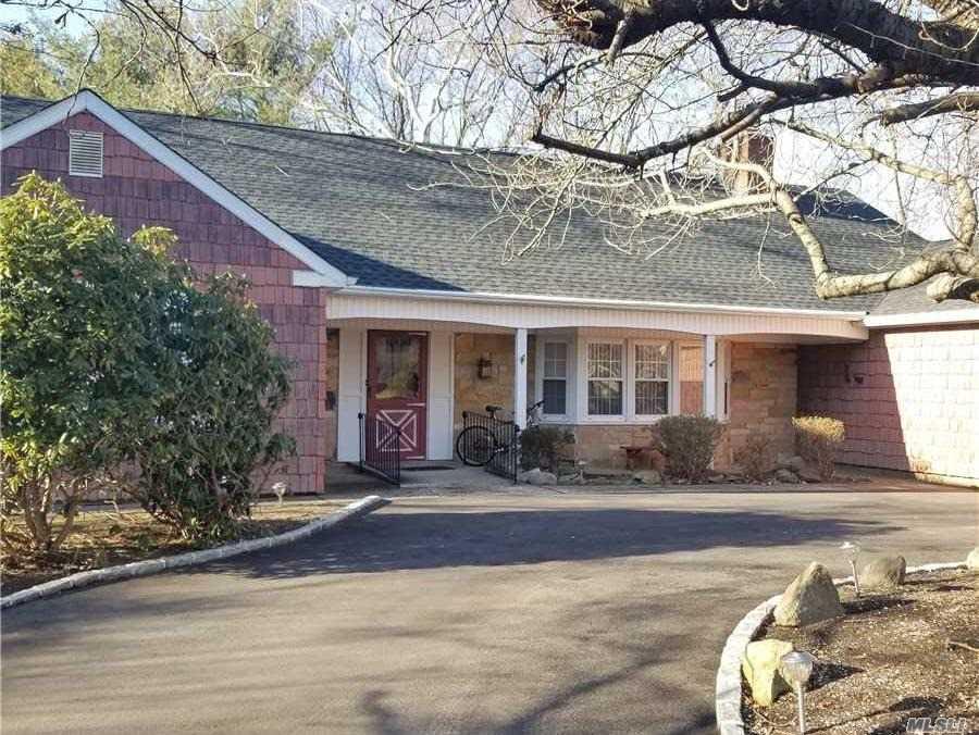 15 Manor Ln - Stony Brook, New York