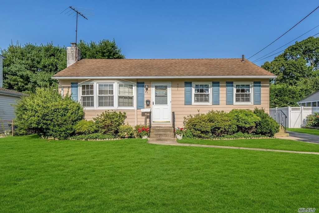 47 E Arlyn Dr - Massapequa, New York
