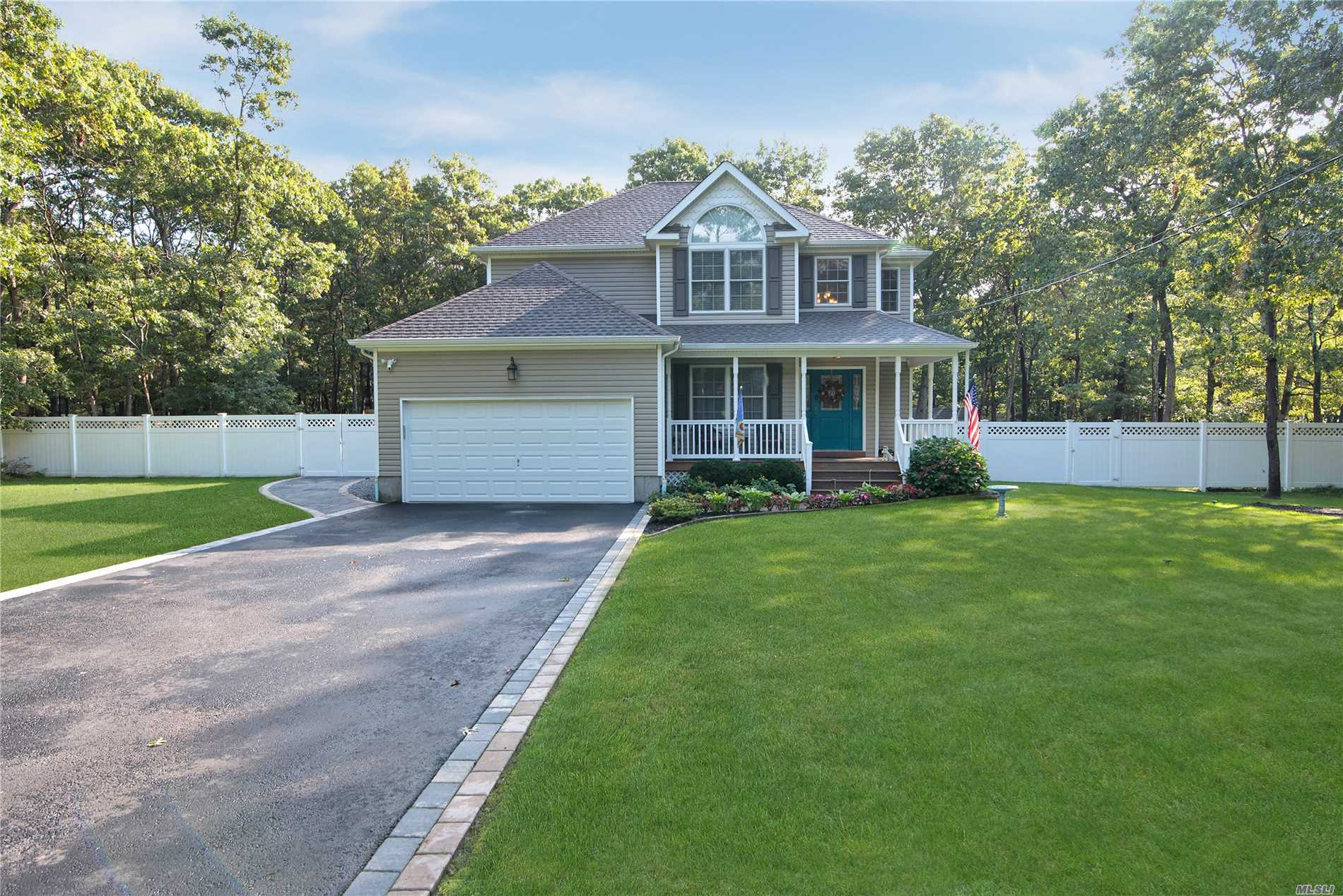 15 N Trainor Dr - Manorville, New York