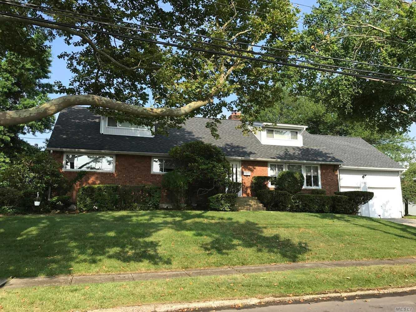 Photo of home for sale at 118 Thornwood Rd, Massapequa Park NY