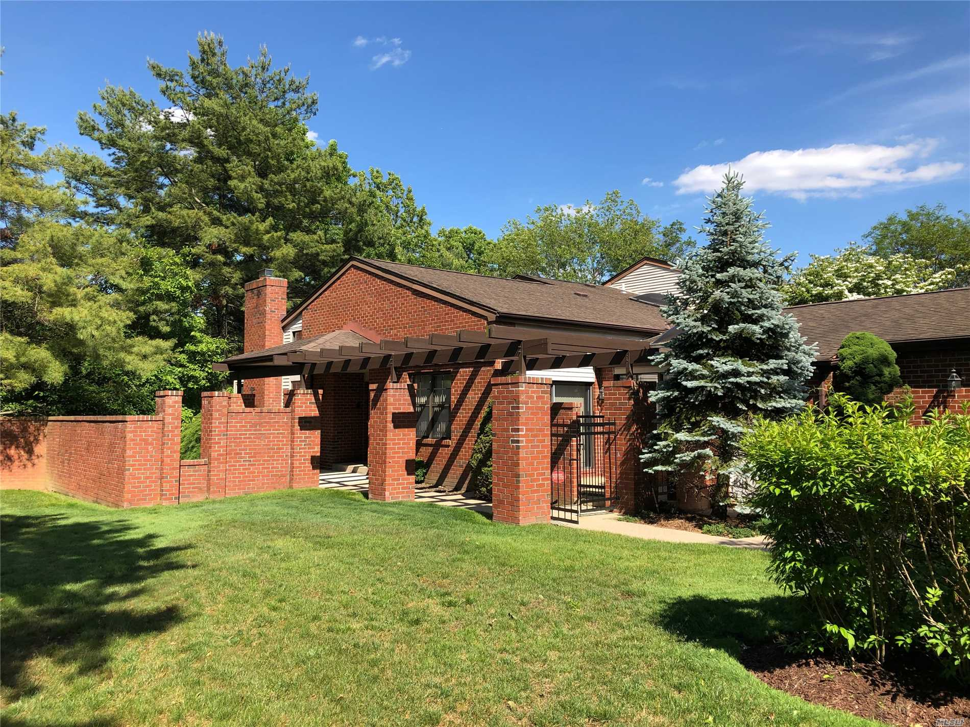 Photo of home for sale at 28 Aerie Ct, Manhasset NY