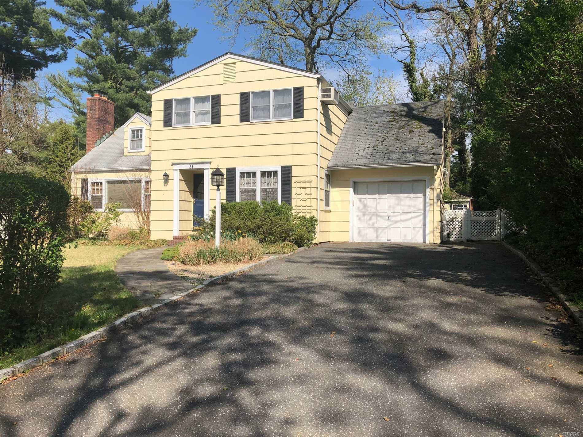 Photo of home for sale at 26 South Ct, Port Washington NY