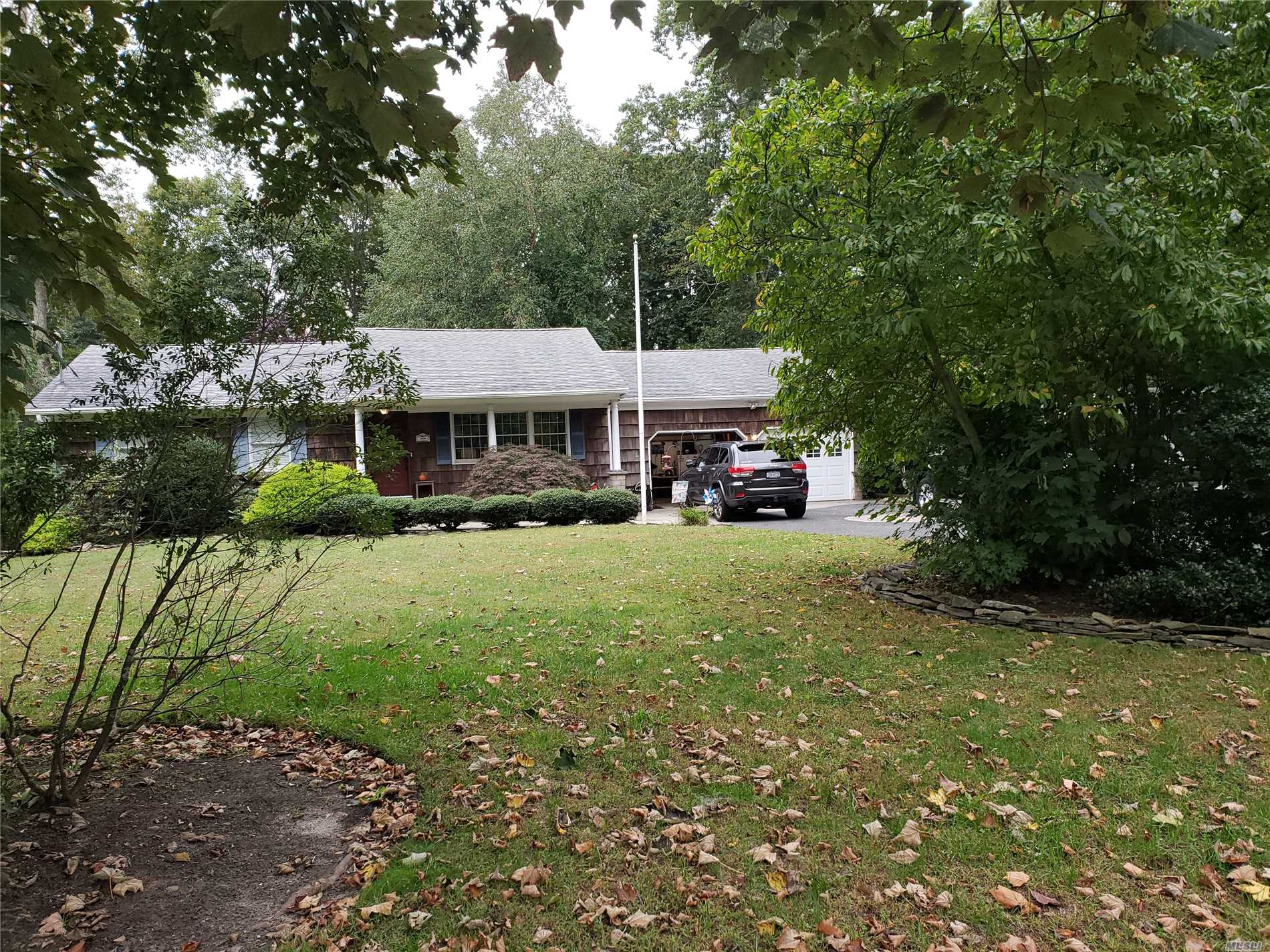 Photo of home for sale at 8 Annette Ln, East Moriches NY