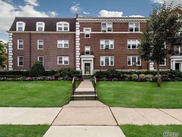Property for sale at 26 Hamilton Pl, Garden City,  NY 11530