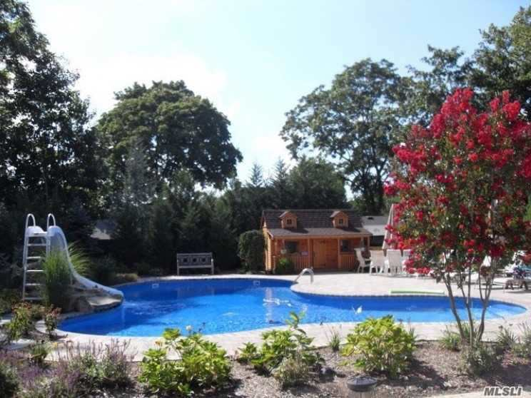 Photo of home for sale at 1580 Church Rd, Wantagh NY
