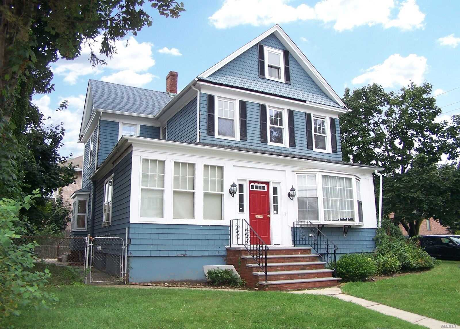 Photo of home for sale at 10-04 149th St, Whitestone NY