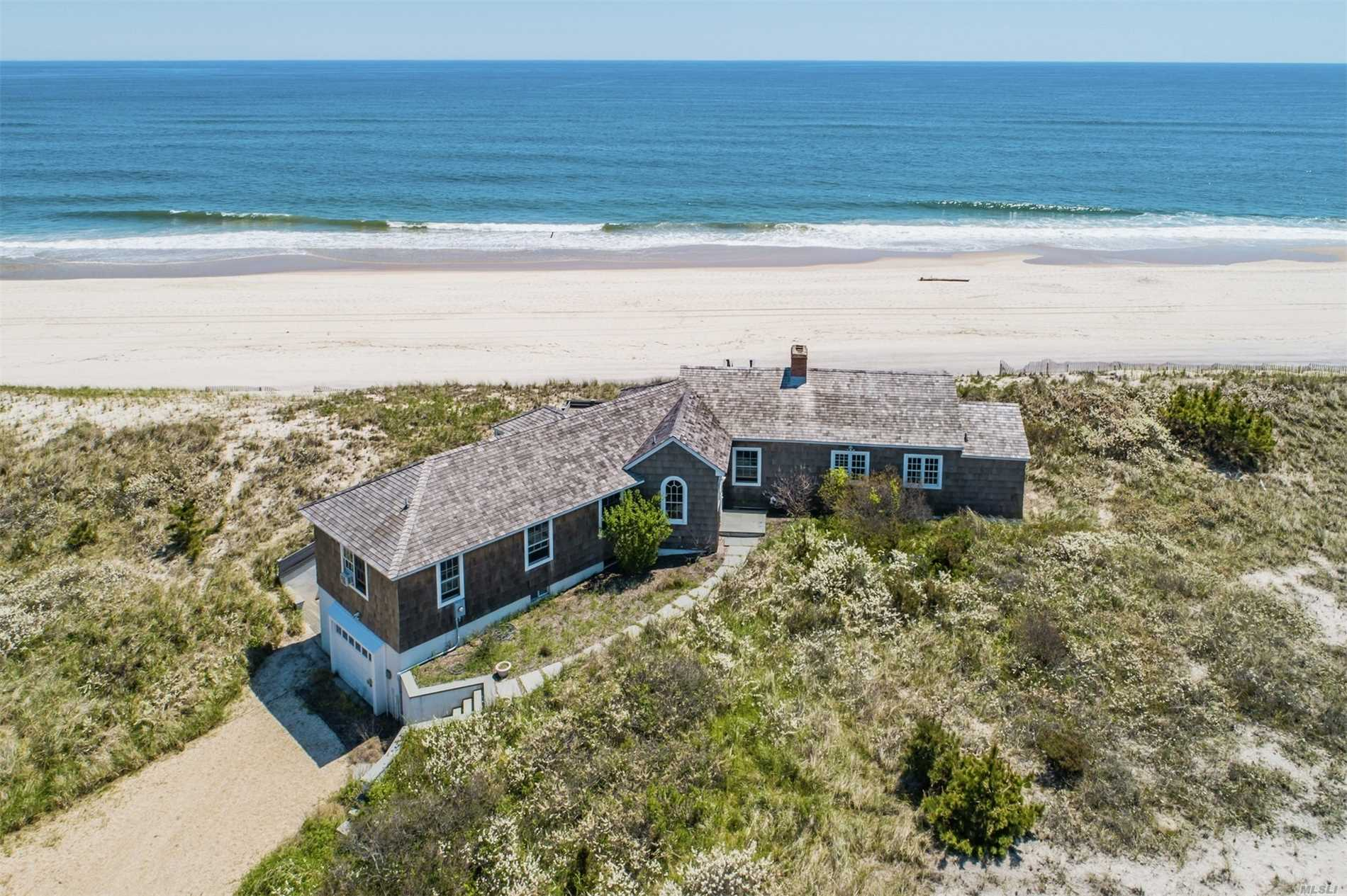 Photo of home for sale at 154 Dune Rd, Quogue NY
