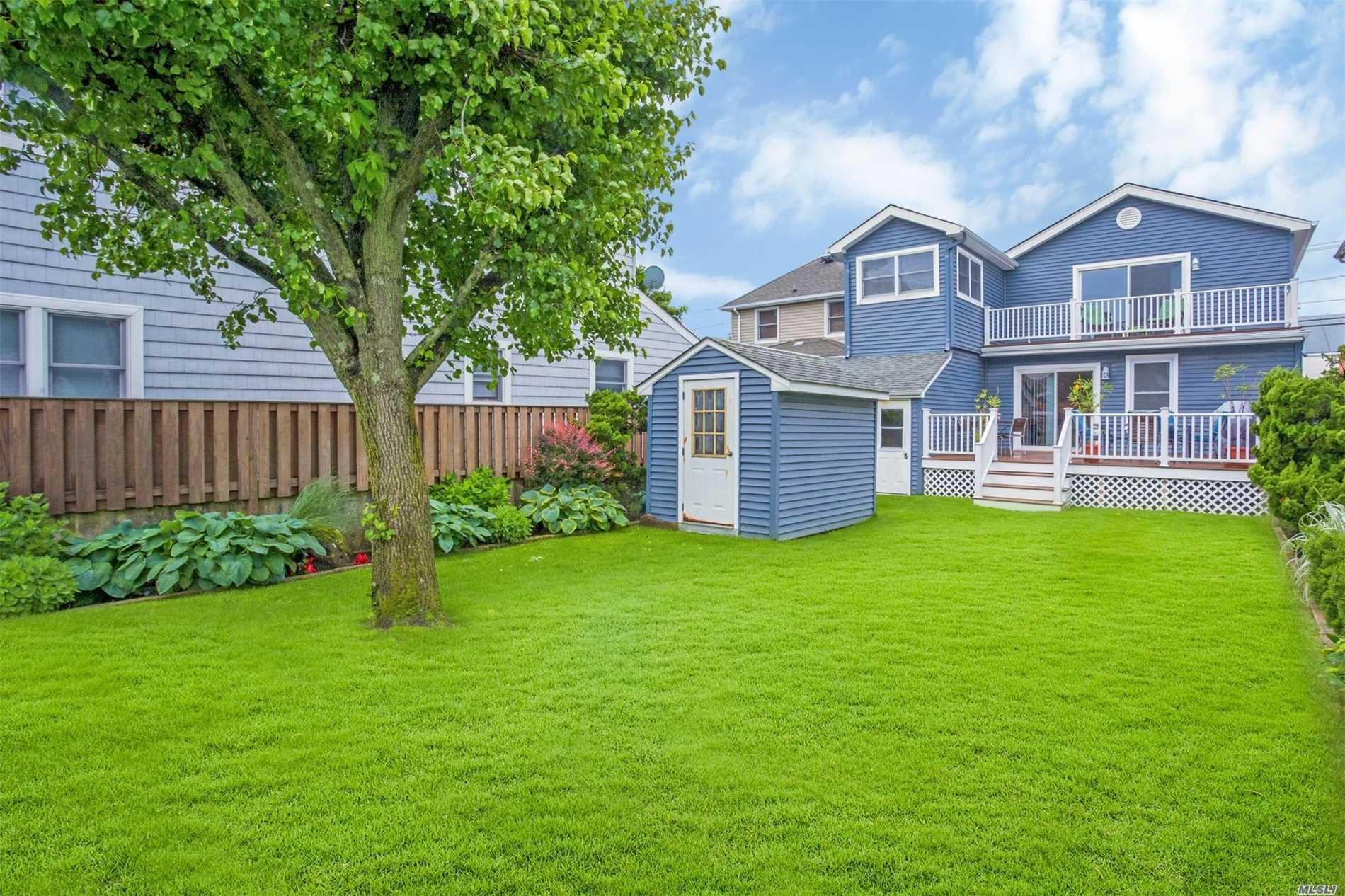 Photo of home for sale at 14 Parkside Dr, Point Lookout NY