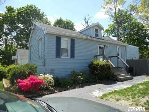Photo of home for sale at 14 Woodmont Pl, Farmingville NY