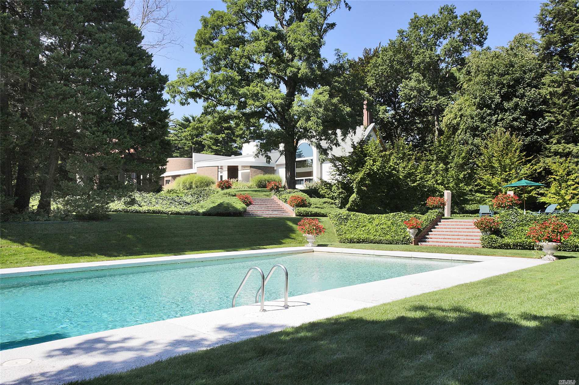 Photo of home for sale at 20 Horseshoe Rd, Old Westbury NY